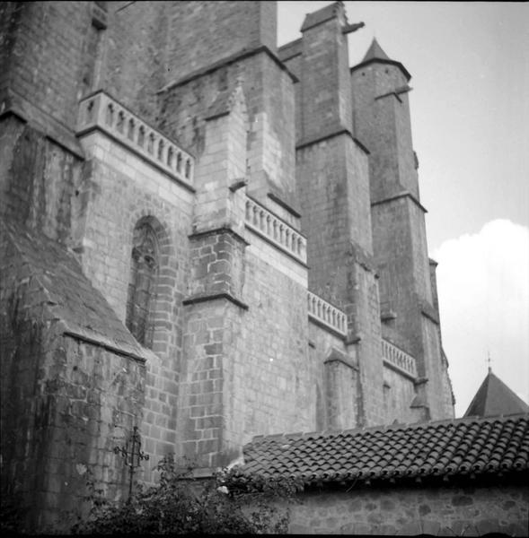 Vue partielle de la façade jouxtant le cloître