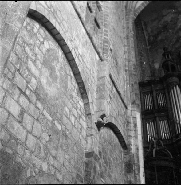 Mur interne : arcatures ; vue partielle de l'orgue