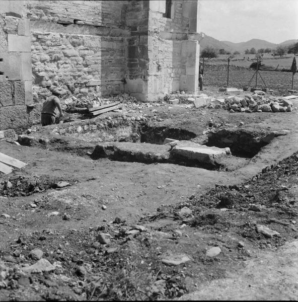 Excavations au pied de la façade latérale