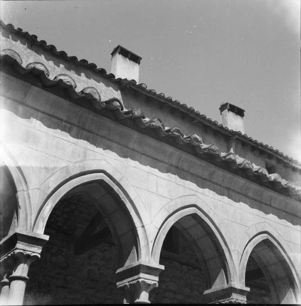 Cloître : Bord de la toiture