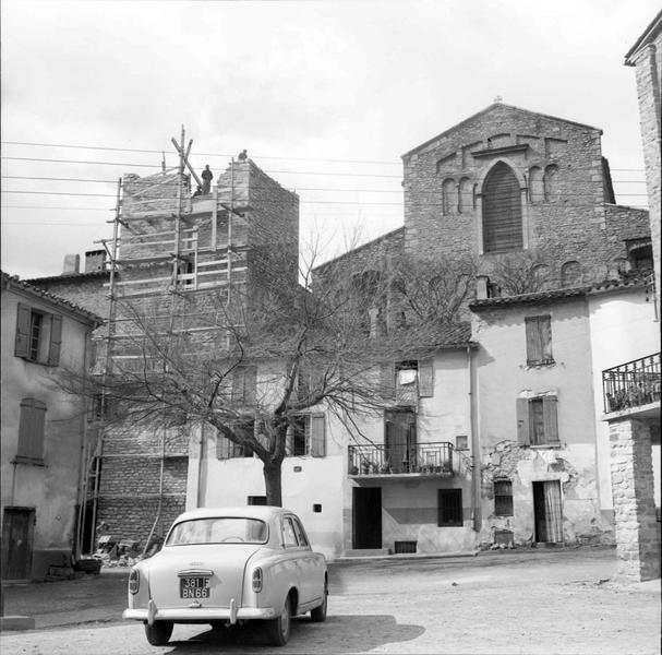 Façade de l'église vue de la place, tour échafaudée