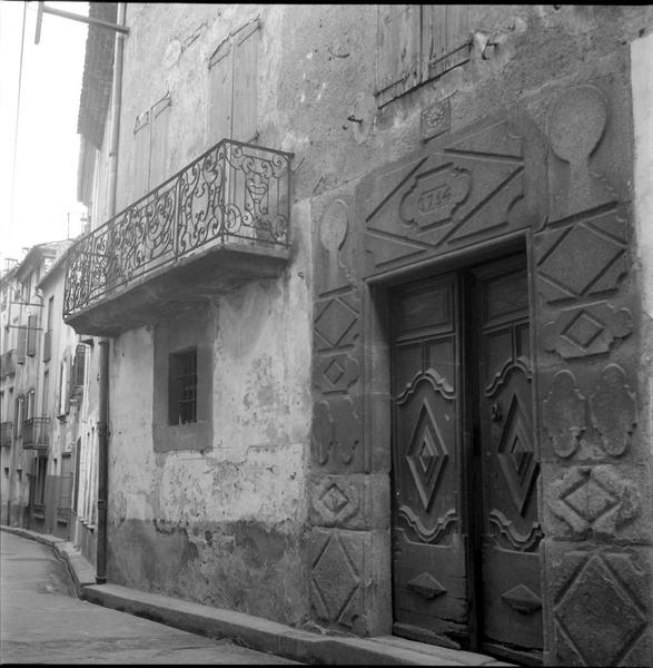Façade sur la rue, porte ouvragée datée de 1754