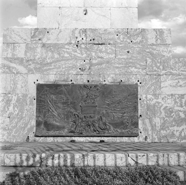 L'Obélisque, détail : bas-relief de bronze