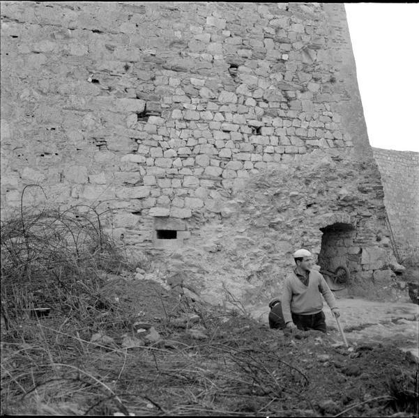 Accès à la base d'une tour d'artillerie