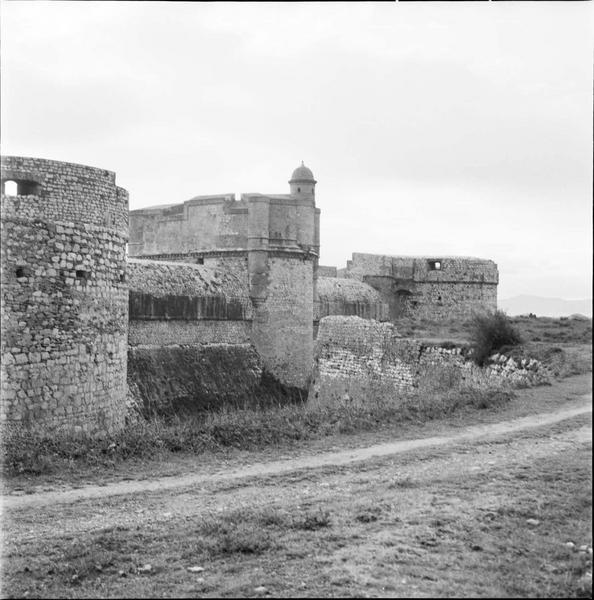Tours d'artillerie et donjon vus de la contrescarpe
