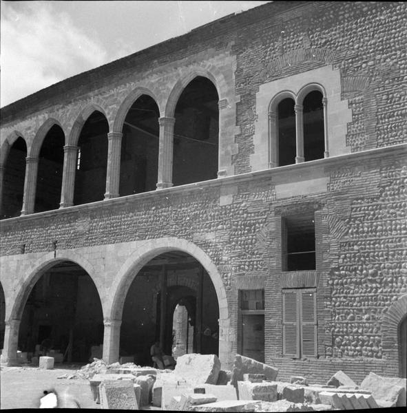 Portique et galerie haute de la façade est sur la cour