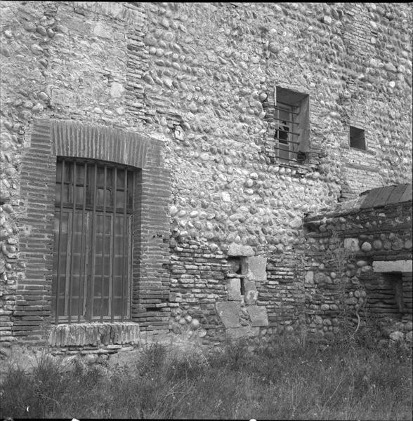 Fenêtre de la façade ouest sur l'esplanade d'entrée