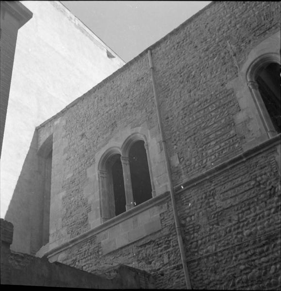 Vue partielle d'une façade : fenêtre