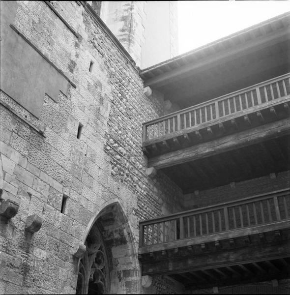 Vue partielle d'une façade : baie, loggias