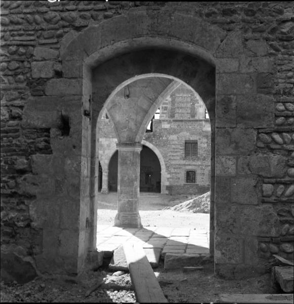 Porte ; salle donnant sur la cour, en travaux