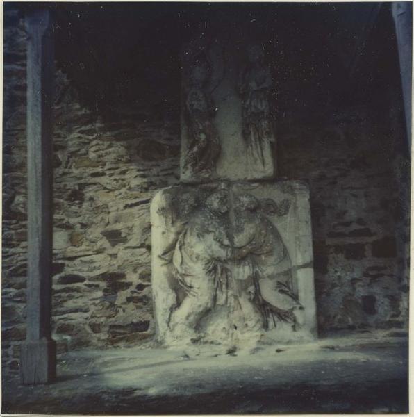 2 bas-reliefs: la Visitation, l'Annonciation