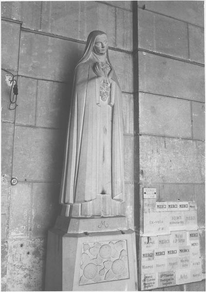 Statue: sainte non identifiée