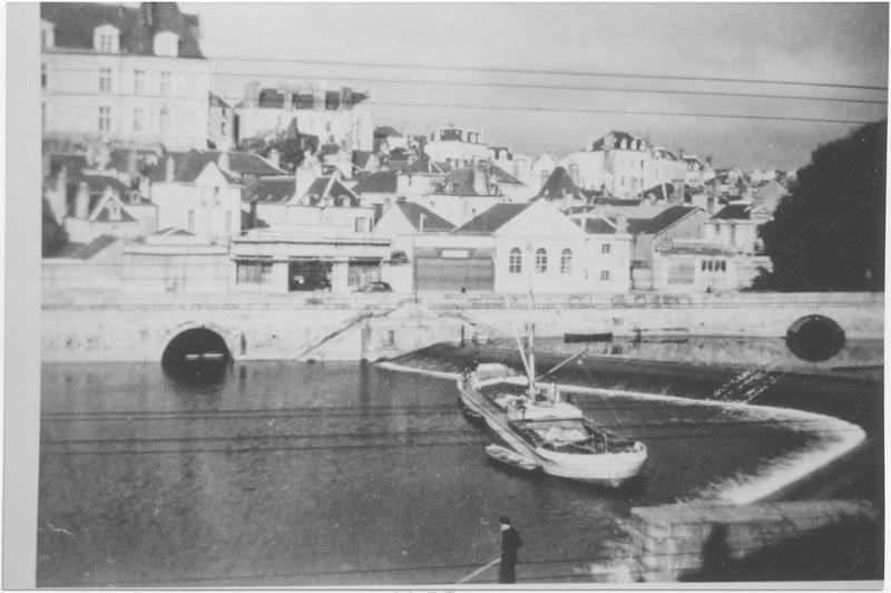bateau de charge (chaland automoteur ponté), dit Cap-Vert, ex ville d'Ingrandes