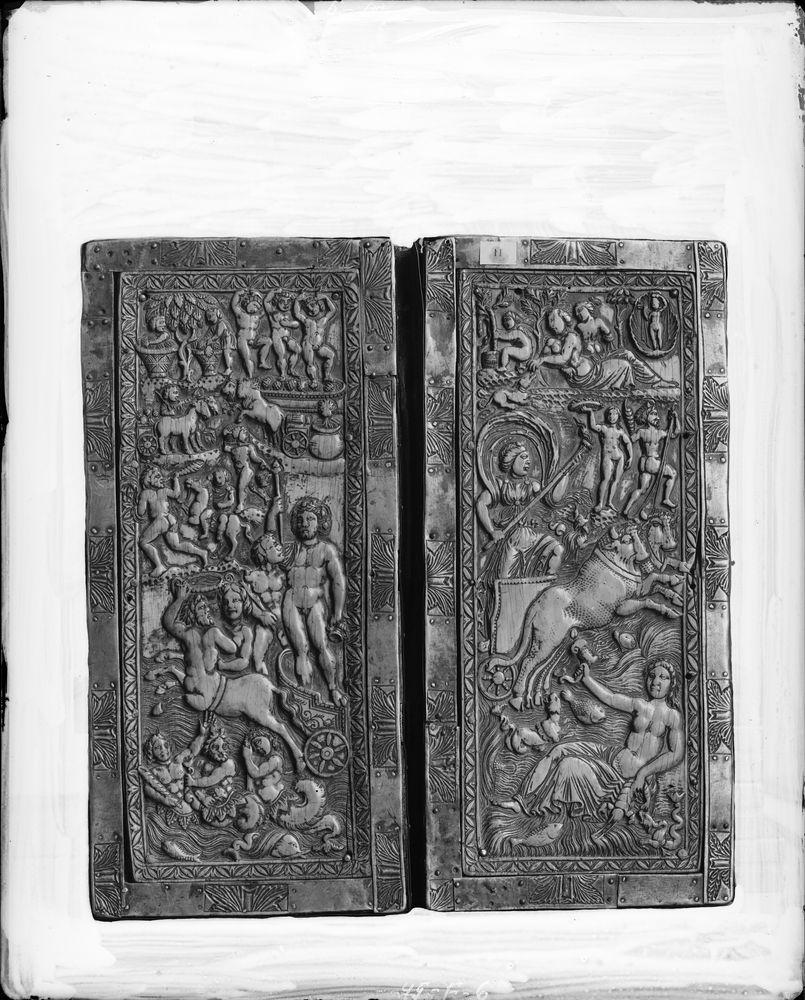 Diptyque romain sur chêne serti de lamelles en argent ayant servi de reliure au 13e siècle