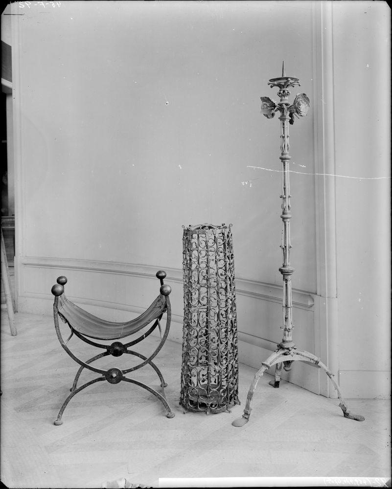 Siège pliant, chandelier et chandelier pascal en fer forgé