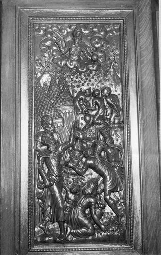 Panneau de chaire : Moïse brandissant la pluis et la cuillette de la manne, bois sculpté, 17e siècle