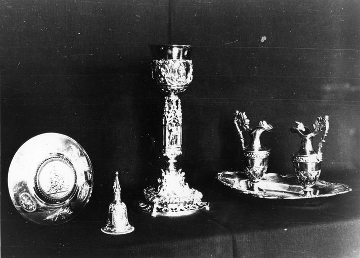 Ensemble d'objets de la chapelle de Monseigneur Gallard : patène clochette, calice, plateau et burettes, 1823-1838