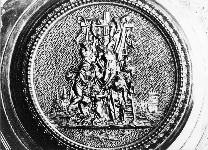 Patène de la chapelle de Monseigneur Gallard, détail du médaillon central avec déposition de croix, 1823-1838