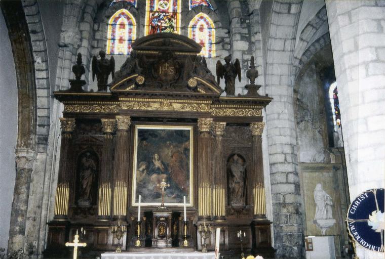 Retable architecturé en bois sculpté peint et doré, surmonté par un fronton flanqué de seux anges, sans les niches deux statues : saint Pierre et saint Mamert(?), au centre tableau représentant La Pentecôte, huile sur toile du 17e siècle