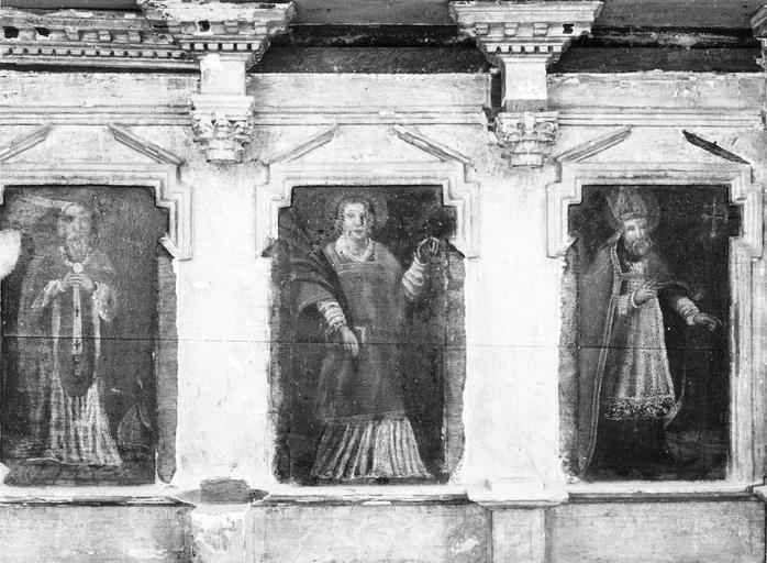 Frise rythmée par des colonnes à chapiteaux corinthiens, décorée de panneaux peints avec saints personnages, détail de la partie droite