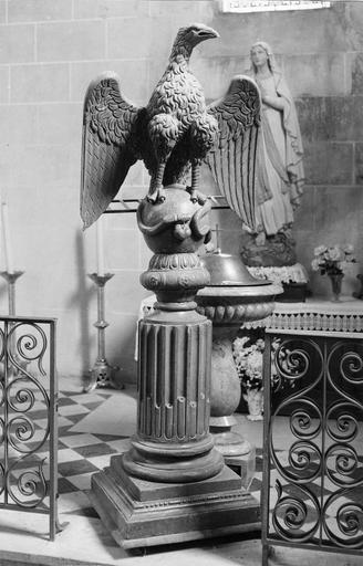 Lutrin en bois sculpté représentant un aigle aux ailes déployées agrippant un serpent, 17e siècle