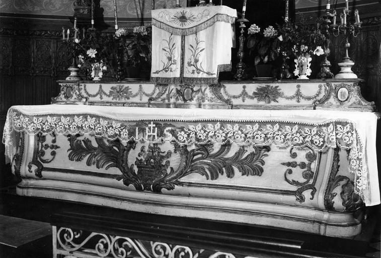 Autel et gradin, bois sculpté peint et doré, 18e siècle