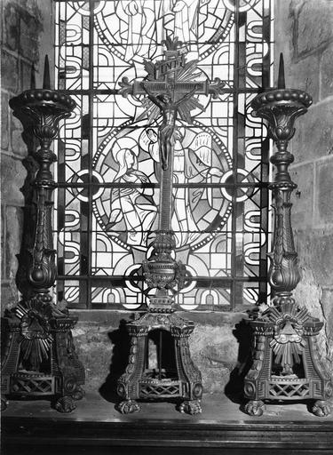 Deux chandeliers  et crucifix servant de garniture d'autel, bois doré, 19e siècle