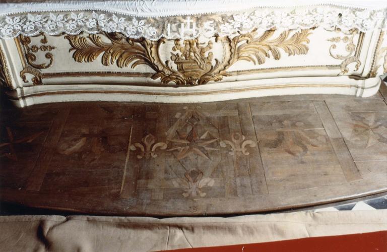 Degré d'autel, bois marquetté au décor de rosaces et de fleurs de lys, 1747
