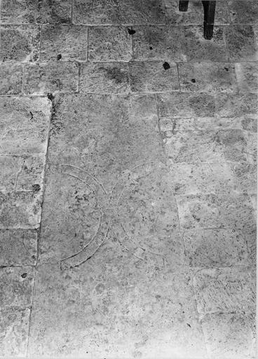 Dalle funéraire gravée de deux croissants accolés, 1653