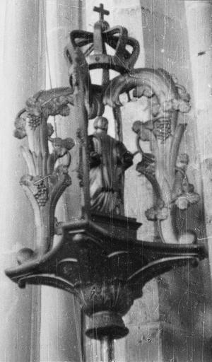 Bâton de procession de confrérie de saint Vincent, bois, 18e siècle, détail du motif sculpté de la partie supérieure avec la figure de saint Vincent