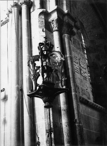 Bâton de procession de confrérie de saint Vincent, bois sculpté, 18e siècle, détail du motif sculpté en partie supérieure avec la figure de saint Vincent