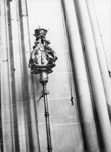 Bâton de procession de confrérie de saint Vincent, bois sculpté, 18e siècle, détail du motif sculpté en partie supérieure avec au centre une gloire
