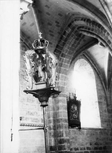 Bâton de procession de confrérie de saint Vincent, bois sculpté, 18e siècle détail du motif sculpté en partie supérieure avec la figure de saint Vincent