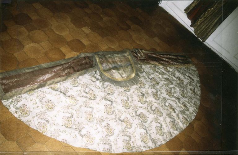 Chape, soie blanche et brochée, 18e-19e siècle, vue de dessus