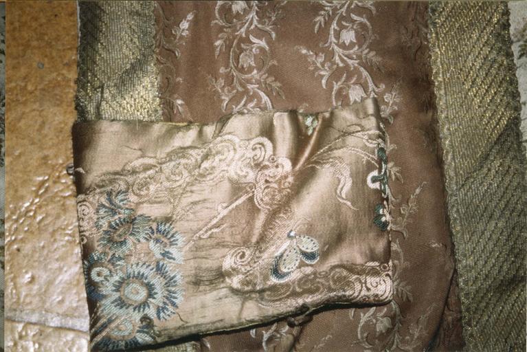 Chape, soie blanche et brochée, 18e-19e siècle, détail du motif