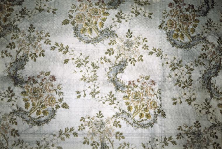 Chape, soie blanche et brochée, 18e-19e siècle, détail du motif en bordure