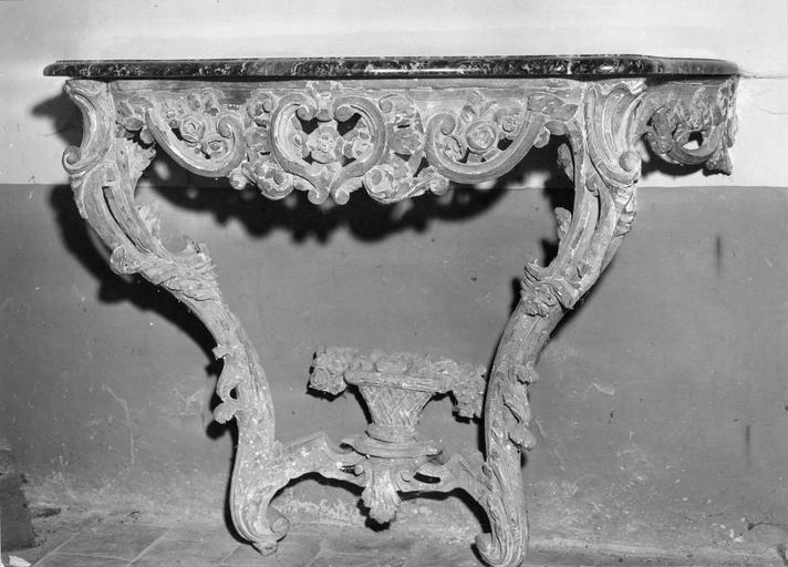 Console de style Louis XV, bois sculpté et dessus de marbre, 18e siècle