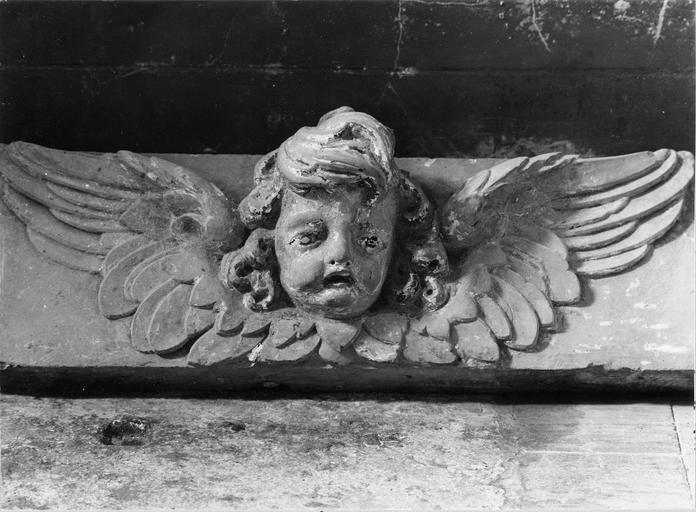 Sculpture représentant une tête d'ange au nez cassé, pierre polychromée, Louis XIII, vue frontale