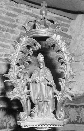 bâton de procession  de confrérie, détail du motif sculpté en partie supérieure : saint Nicolas sous un dais couronné, bois doré, 18e siècle