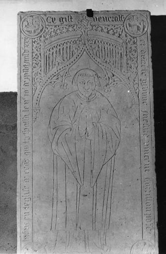 Dalle funéraire à l'effigie du prêtre Vincent Corrillon, pierre gravée, 16e siècle