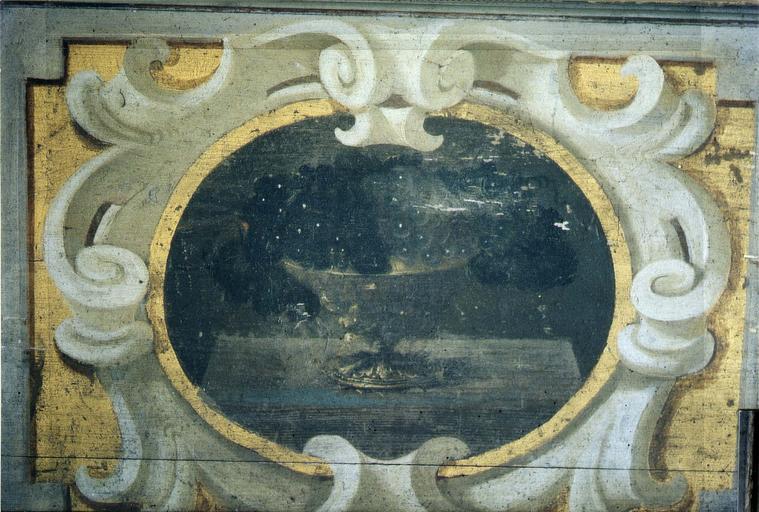 Lambris de revêtement, bois peint, détail d'un médaillon avec coupe contenant des grappes de raisins