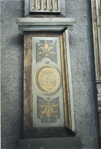 Lambris de revêtement, bois peint, détail du motif en bas d'un pilastre, médaillons avec armoiries d'Anne de Polignac