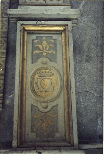 Lambris de revêtement, bois peint, détail du motif en bas d'un pilastre, médaillon avec armoiries de Gaspard III de Coligny maréchal de Chatillon
