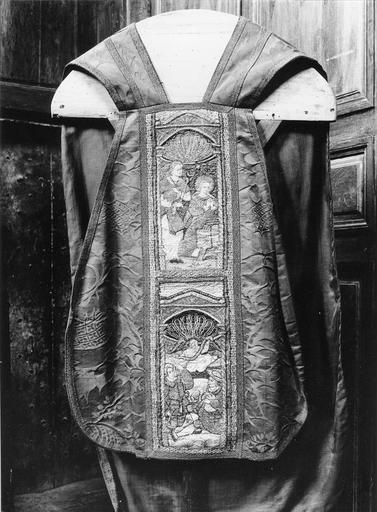 Chasuble à broderie sur fond de damas, début du 16e siècle, décorée de scènes de la vie de la Vierge sur la partie avant