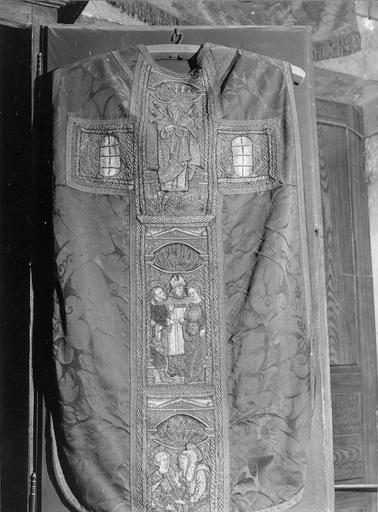 Chasuble à broderie sur fond damas, début du 16e siècle, décorée de scènes de la vie de la Vierge sur la partie arrière