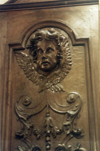 Panneau en bois sculpté, début du 18e siècle, détail de la partie hute du décor représentant une tête d'ange