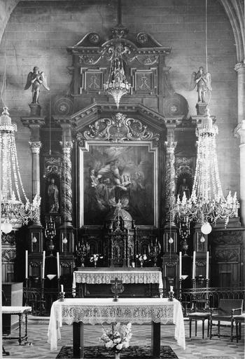 Vue d'ensemble de l'autel avec tabernacle et retable contenant un tableau représentant Le Mariage de la vierge, entourré de colonnes torses au décor de grappes de raisins, et décoré de cinq statues, bois sculpté peint et doré, fin du 17e siècle