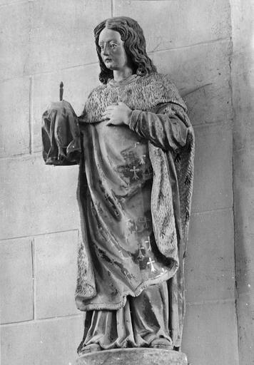 Statue : personnage vêtu d'un manteau d'Hermine tenant un clou de la passion, pierre polychrome, 17e siècle