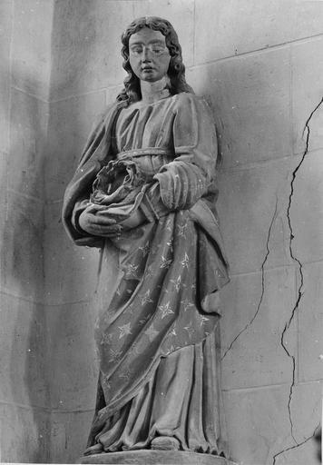 Statue : personnage tenant la couronne d'épines, pierre polychrome, 17e siècle