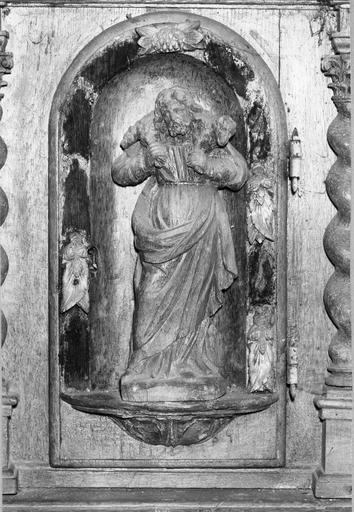 Tabernacle du maître autel avec son dais et ses statuettes, bois sculpté et traces de dorure, début du 17e ou 18e siècle, détail, vue d'une statuette de bon pasteur